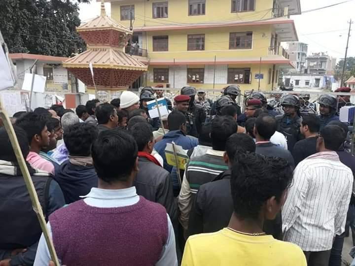 महागढीमाईका मेयरविरुद्ध स्थानीयको नाराबाजी, जिल्ला प्रशासन अगाडी प्रर्दशन